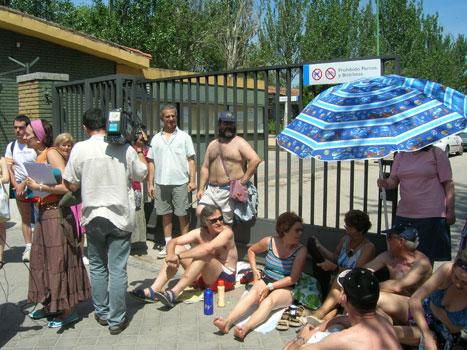 Un centenar de vecinos se concentran para protestar por el cierre de la piscina de Aluche