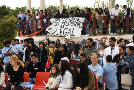 """Usera """"pinta"""" un símbolo de la paz gigante en el parque de Pradolongo"""