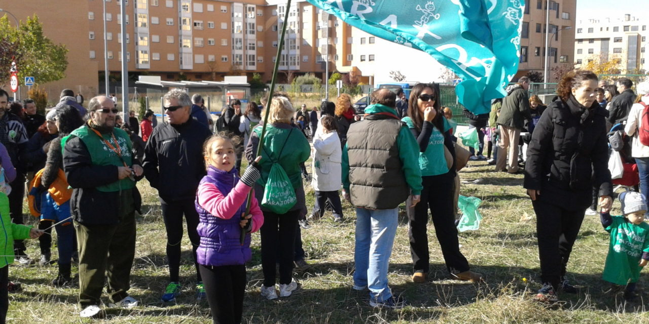 """Miles de familias exigen a la Consejería aclaraciones sobre el colegio """"fantasma"""" del Ensanche de Vallecas"""