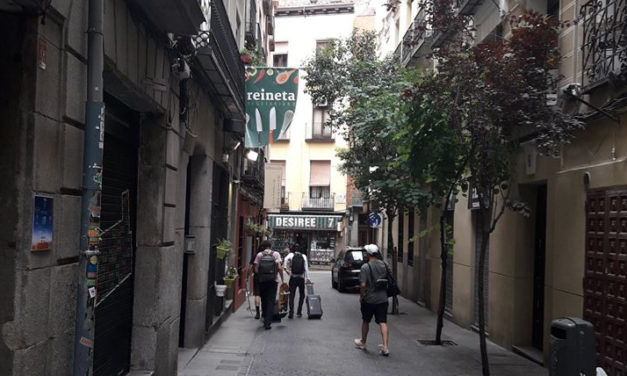 La asociación vecinal de Sol y Las Letras vuelve a protestar contra la turistificación del barrio