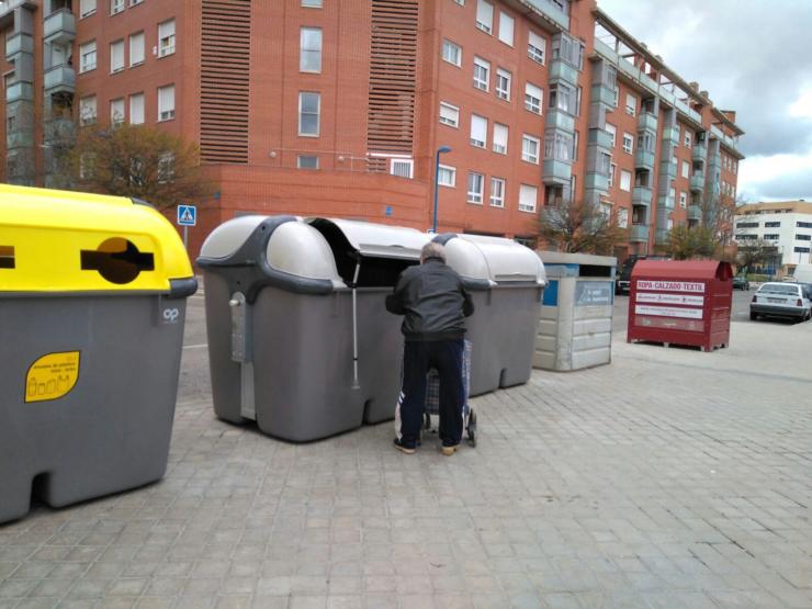 Las AAVV de Leganés demandan la instalación de pedal en los nuevos contenedores de basura orgánica