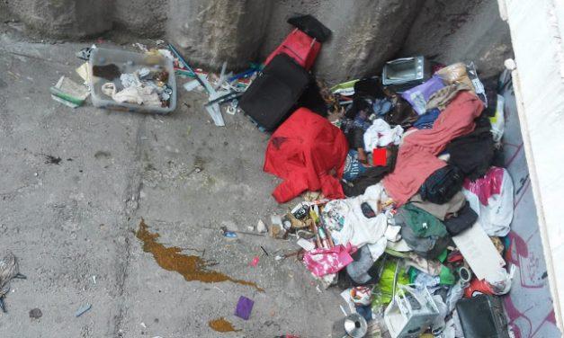 Una persona sin hogar lleva semanas durmiendo entre bolsas de basura en el barrio de Tetuán