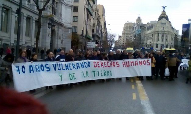 """""""Por los derechos humanos, los inmigrantes delante"""": la Marea Blanca lleva su protesta al Ministerio de Sanidad"""