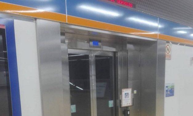 Concentración vecinal para reclamar la reapertura de los ascensores de la estación de Metro Hospital del Henares
