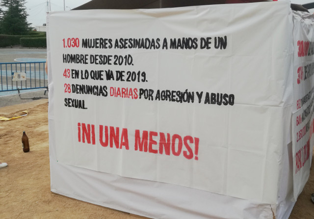 Miembros de la AV de Vicálvaro podrían ser multados por no retirar pancartas contra la violencia machista y los desahucios