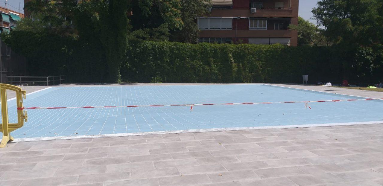 Cientos de peques de Carabanchel, sin poder darse un chapuzón por el cierre de la piscina infantil de La Mina