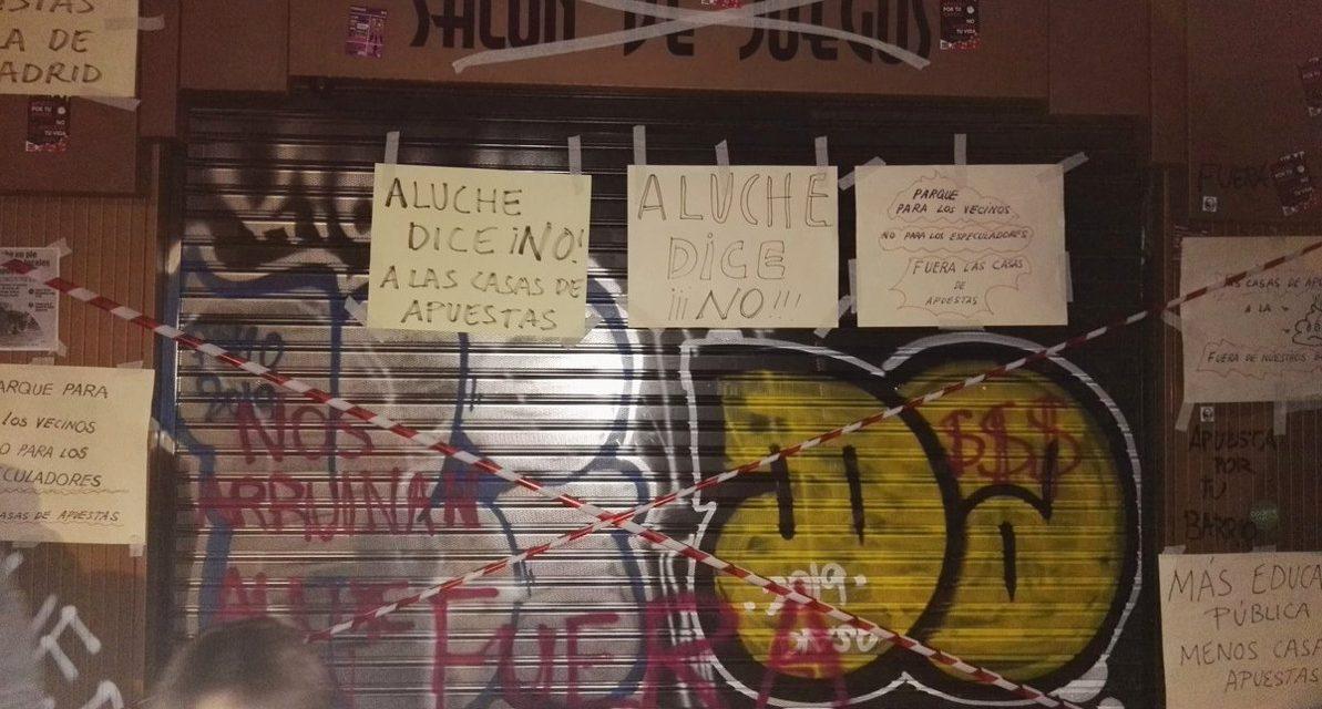 Tras conseguir paralizar la apertura de un local de apuestas, la vecindad de Aluche se manifiesta de nuevo para frenar la inauguración de otro