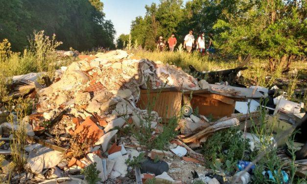 Recogen firmas para que la Comunidad de Madrid limpie de escombros los caminos del Ensanche de Vallecas