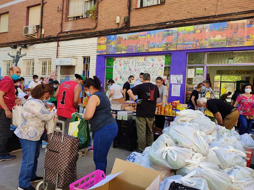 La Asociación de Vecinos de Aluche invita al alcalde al reparto de comida de los sábados para que conozca la situación de las familias