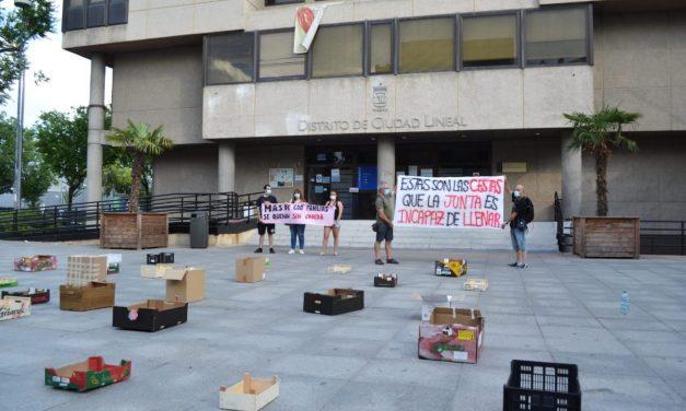 Cajas de comida vacías ante la Junta de Ciudad Lineal