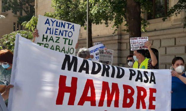 Acción vecinal ante la Junta de Latina para pedir la creación de una mesa social que coordine la ayuda alimentaria
