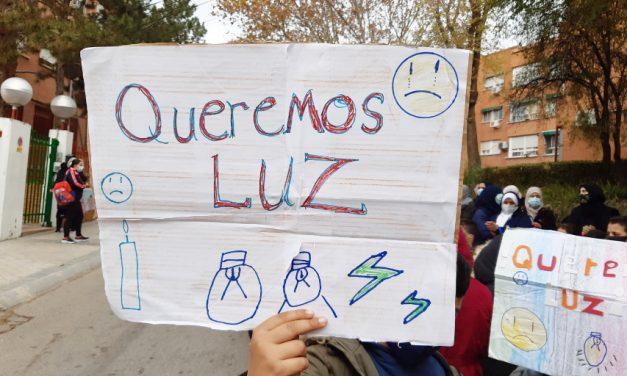 La vecindad de la Cañada Real vuelve a manifestarse ante la Consejería de Vivienda para exigir el restablecimiento del suministro eléctrico
