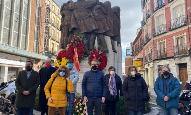 """Una ofrenda floral recuerda a los """"abogados de barrio"""" en el 44º aniversario de su asesinato"""
