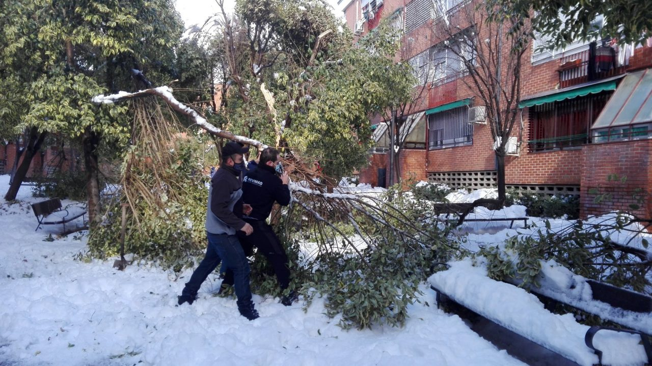 Las asociaciones vecinales de Usera reclaman un plan especial de inversiones para hacer frente a los estragos de la nevada