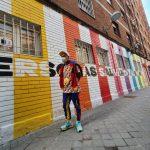 Okuda inaugura un mural de su fundación que pone en valor la solidaridad de la red vecinal de Aluche