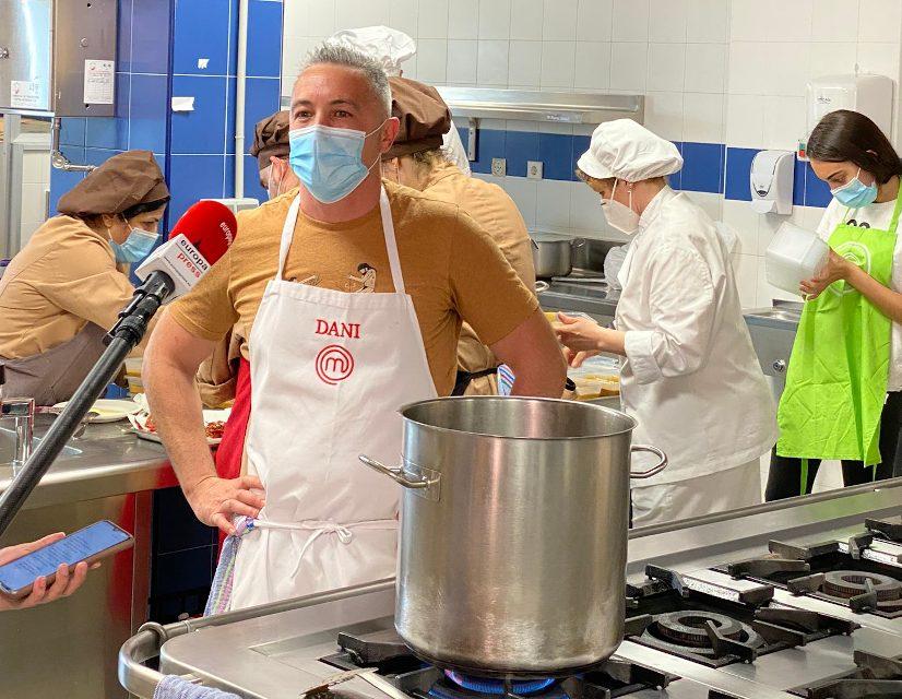 Dani, concursante de Masterchef, cocina menús solidarios para Somos Tribu Vallecas