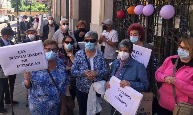 Protestas para pedir la reapertura de los centros de mayores de Carabanchel