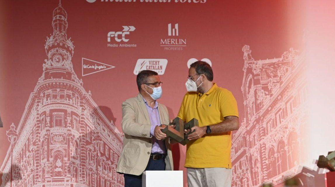 Quique Villalobos recibe el premio Madrid 2021 a la mejor Iniciativa Solidaria en nombre de las despensas solidarias
