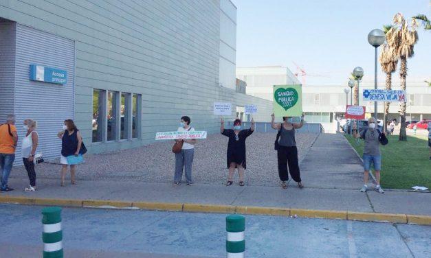 """La Comunidad de Madrid impide una """"plantación"""" de carteles por la sanidad pública en los jardines del Hospital Infanta Sofía"""