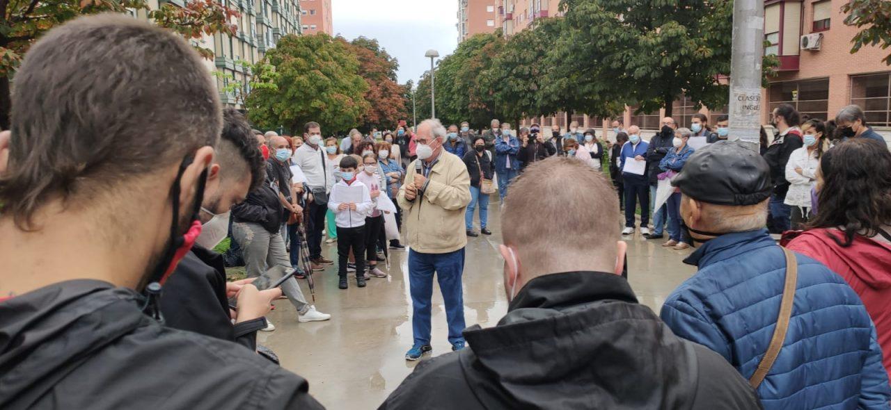 Más de un centenar de personas participan en una asamblea contra el crematorio de la M-40