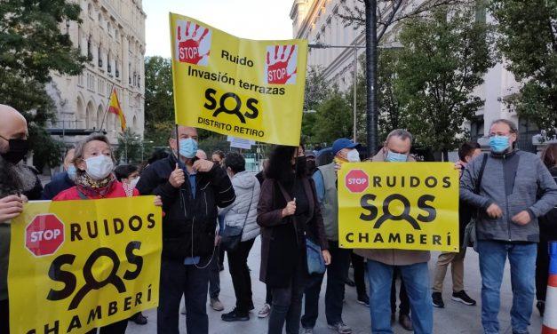 Las asociaciones vecinales se concentran para pedir al Ayuntamiento de Madrid que no permita la prórroga de las terrazas covid